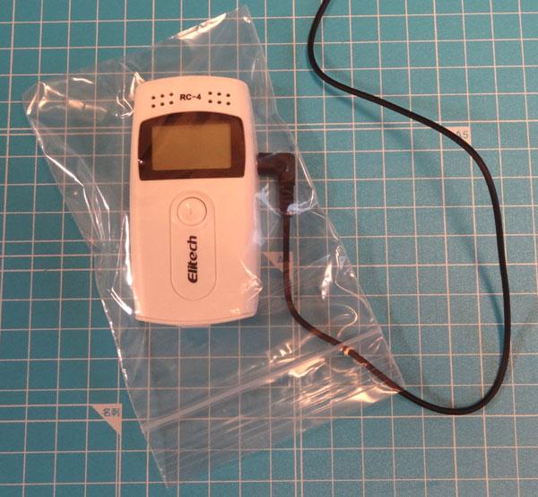 温度データロガー・RC-4、RC-4HCをチャック付袋に入れたところ
